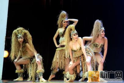 韩国首尔:乐天世界前突后翘的欧美舞女