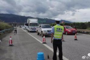 一满载柴油的油罐车平锁高速路上侧翻起火爆炸