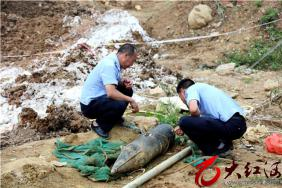 惊!蒙自挖出弹体1.25米的炮弹!