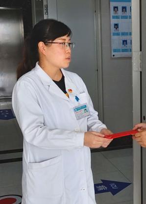 """红河州第三人民医院:一年轻护士丈夫突发白血病 众同事雪中送炭温暖""""天使""""家人"""