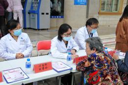 第23个全国高血压日红河州第三人民医院开展义诊和健康宣教
