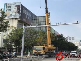 建水:拆除破损广告牌 提升城市文明形象