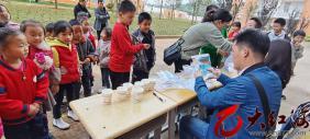 云南省地方病防治检测组莅临弥勒市弥阳镇牛背小学对学生进行抽样检测