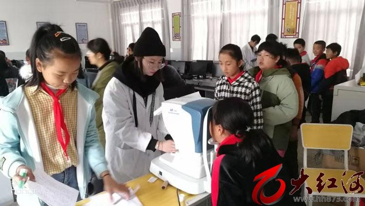 """泸西县人民医院到午街铺镇中心小学开展""""护眼天使进校园""""活动"""