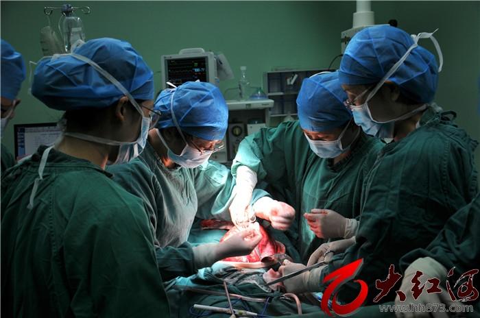 红河州第三人民医院多学科联合切除直径40.7厘米的妇瘤大如西瓜